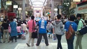 全国大会初日、出場者にとっては憧れの聖地である松山大街道商店街での予選。常連校のオリジナルシャツも風物詩のひとつ。